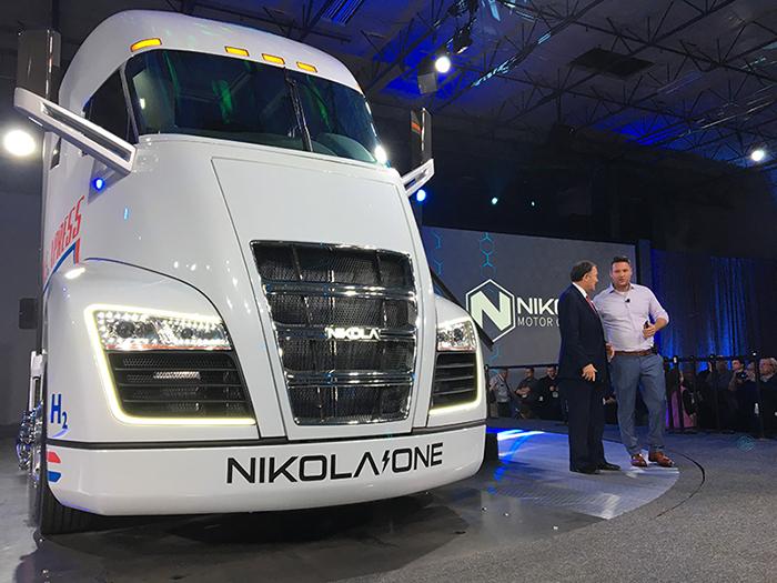 Tesla обещает представить свой первый грузовик в сентябре